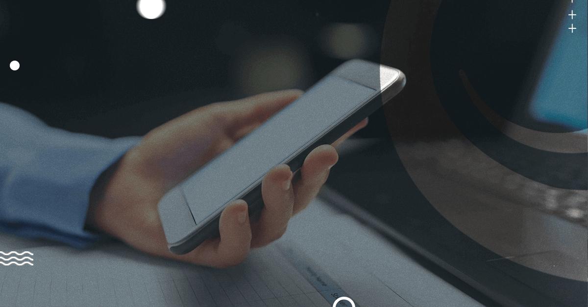 Pessoa utilizando celular